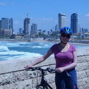 Paola Bertoni in bicicletta a Tel Aviv