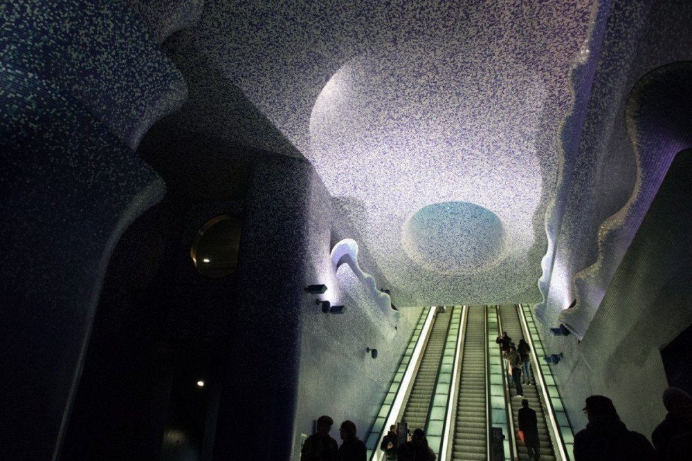 Installazione Crater de Luz alla fermata Toledo della metropolitana di Napoli