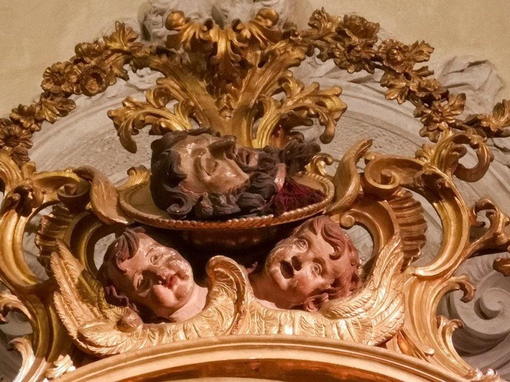 Fregio con San Giovanni Decollato (decapitato) nella chiesa dell'Arciconfraternita della Misericordia a Torino, visitata durante il tour Torino Noir