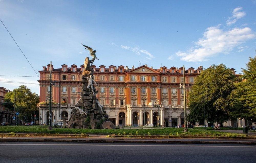 Piazza Statuto a Torino, al cui centro svetta il Monumento ai Caduti del Frejus