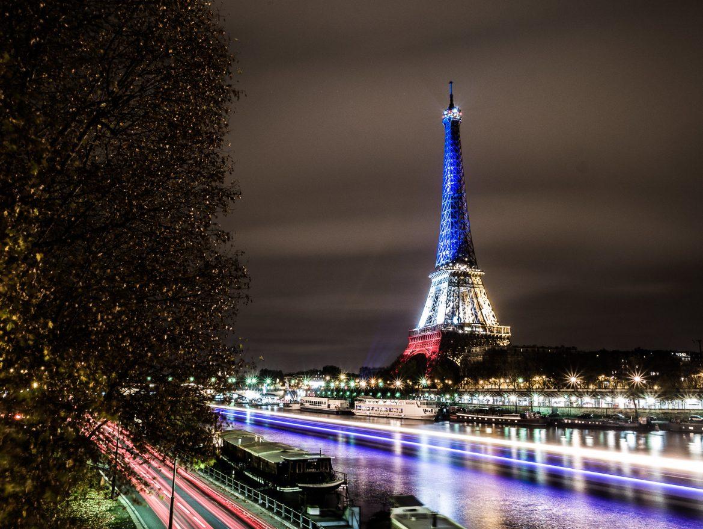 La torre Eiffel illuminata con i colori della bandiera francese
