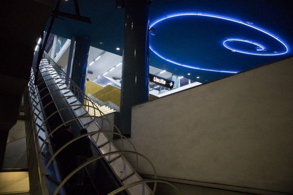La spirale in neon blu di Mario Merz alla fermata Vanvitelli della metropolitana di Napoli