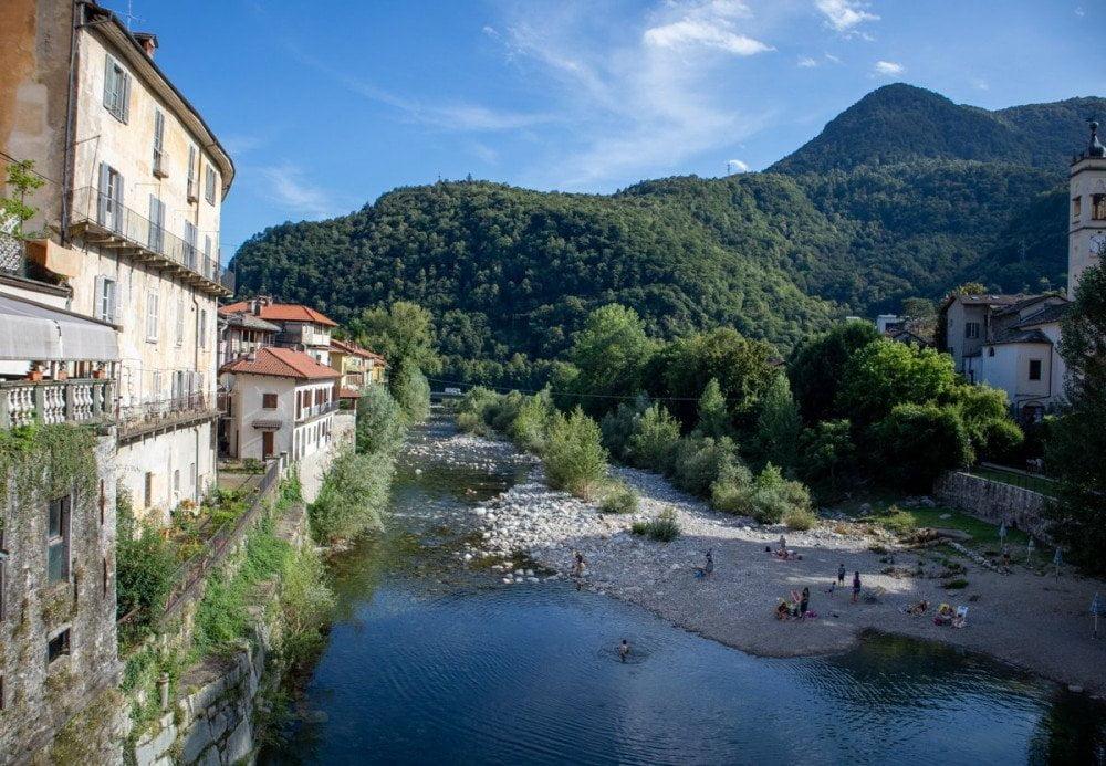 Spiaggetta di Varallo sotto il Ponte Antonini lungo il torrente Mastallone dove i locali fanno il bagno e prendono il sole